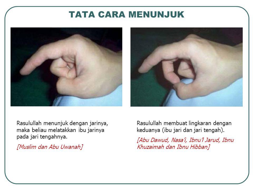 Rasulullah menunjuk dengan jarinya, maka beliau melatakkan ibu jarinya pada jari tengahnya. [Muslim dan Abu Uwanah] Rasulullah membuat lingkaran denga