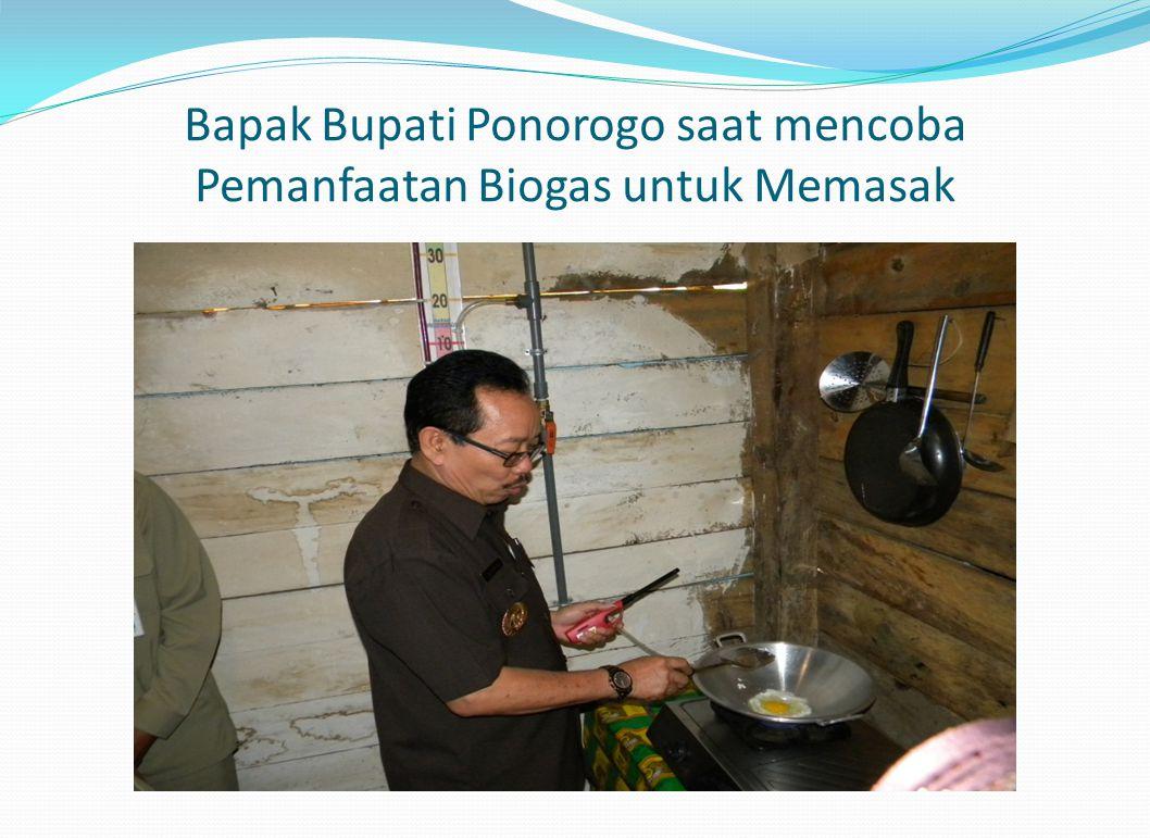 Bapak Bupati Ponorogo saat mencoba Pemanfaatan Biogas untuk Memasak