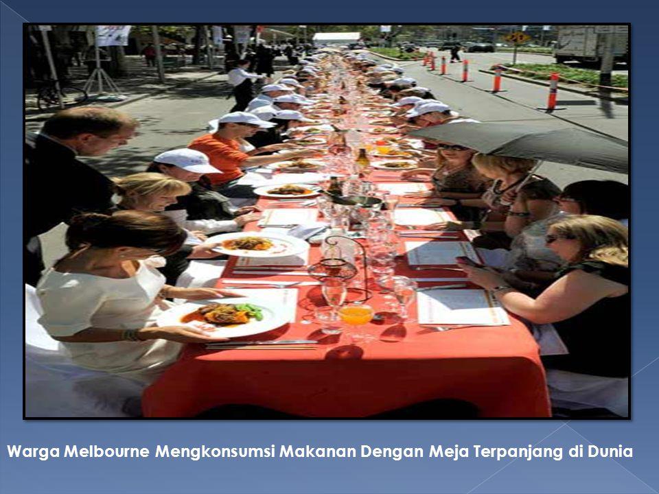 Warga Melbourne Mengkonsumsi Makanan Dengan Meja Terpanjang di Dunia