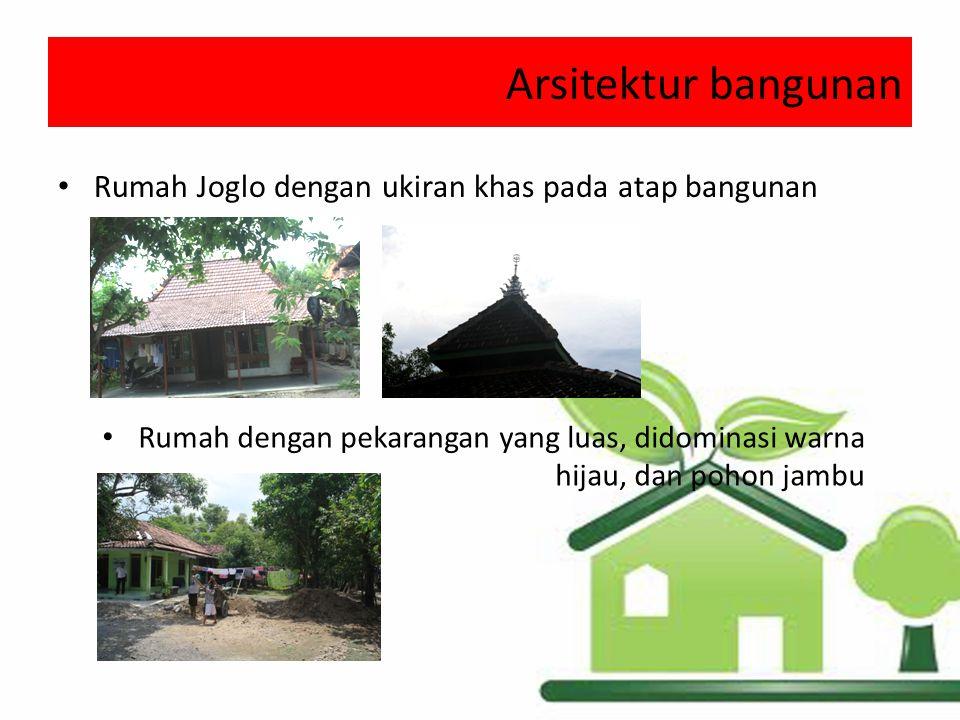Arsitektur bangunan Rumah Joglo dengan ukiran khas pada atap bangunan Rumah dengan pekarangan yang luas, didominasi warna hijau, dan pohon jambu