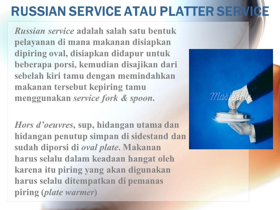 RUSSIAN SERVICE ATAU PLATTER SERVICE Mengambil makanan dari dapur (picking up the order) : Mengambil makanan dari dapur dilakukan sama seperti pada plate service, kecuali untuk makanan utama dilakukan sebagai berikut : 1.