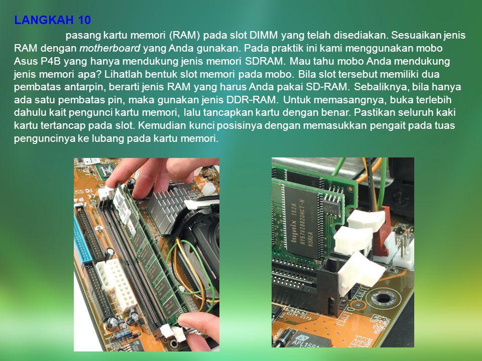 LANGKAH 10 pasang kartu memori (RAM) pada slot DIMM yang telah disediakan. Sesuaikan jenis RAM dengan motherboard yang Anda gunakan. Pada praktik ini