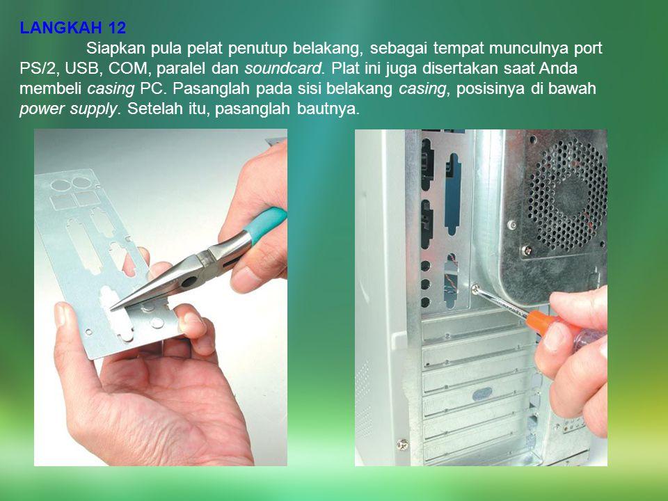 LANGKAH 12 Siapkan pula pelat penutup belakang, sebagai tempat munculnya port PS/2, USB, COM, paralel dan soundcard. Plat ini juga disertakan saat And