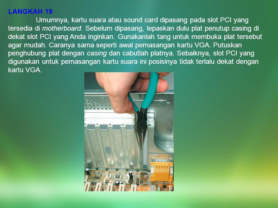 LANGKAH 19 Umumnya, kartu suara atau sound card dipasang pada slot PCI yang tersedia di motherboard. Sebelum dipasang, lepaskan dulu plat penutup casi