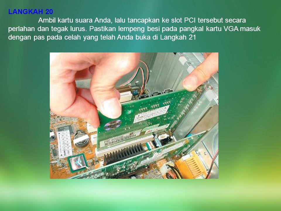 LANGKAH 20 Ambil kartu suara Anda, lalu tancapkan ke slot PCI tersebut secara perlahan dan tegak lurus. Pastikan lempeng besi pada pangkal kartu VGA m