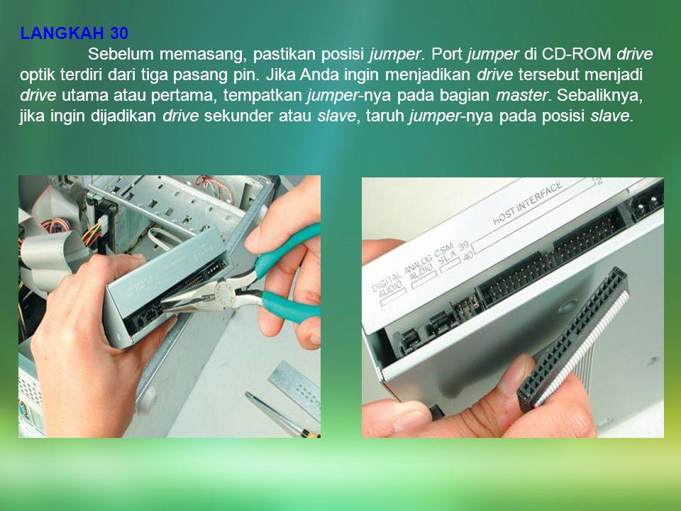 LANGKAH 30 Sebelum memasang, pastikan posisi jumper. Port jumper di CD-ROM drive optik terdiri dari tiga pasang pin. Jika Anda ingin menjadikan drive
