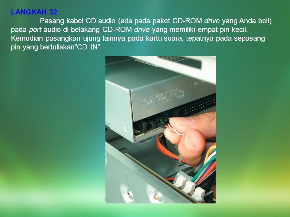 LANGKAH 32 Pasang kabel CD audio (ada pada paket CD-ROM drive yang Anda beli) pada port audio di belakang CD-ROM drive yang memiliki empat pin kecil.
