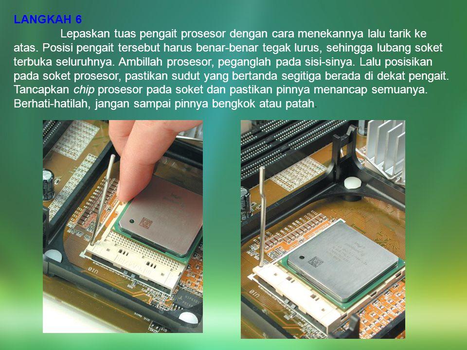 LANGKAH 6 Lepaskan tuas pengait prosesor dengan cara menekannya lalu tarik ke atas. Posisi pengait tersebut harus benar-benar tegak lurus, sehingga lu
