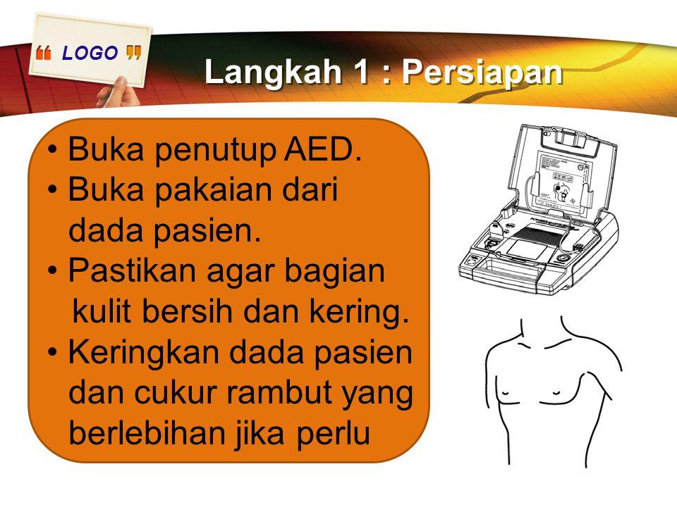 LOGO Langkah 1 : Persiapan Buka penutup AED. Buka pakaian dari dada pasien. Pastikan agar bagian kulit bersih dan kering. Keringkan dada pasien dan cu